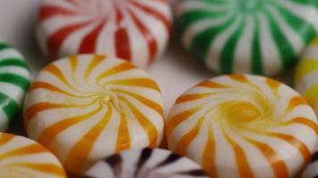 colpo rotante di un mix colorato di varie caramelle dure - caramelle miste 024