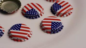 foto rotativa de tampas de garrafa com a bandeira americana impressa nelas - tampas de garrafa 010
