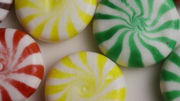 foto rotativa de uma mistura colorida de vários rebuçados - rebuçados misturados 009 video