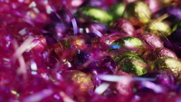 foto rotativa de doces de páscoa coloridos em uma cama de grama de páscoa - páscoa 218