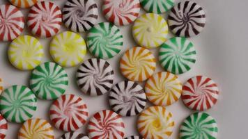 colpo rotante di un mix colorato di varie caramelle dure - caramelle miste 002