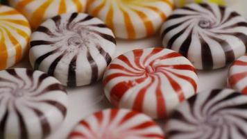 colpo rotante di un mix colorato di varie caramelle dure - caramelle miste 022