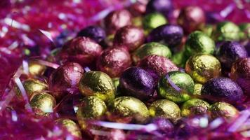 colpo rotante di caramelle colorate pasquali su un letto di erba pasquale - pasqua 246