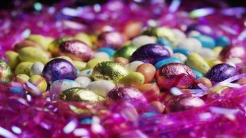 foto rotativa de doces de páscoa coloridos em uma cama de grama de páscoa - páscoa 184