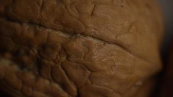 filmische, roterende opname van walnoten in hun schelpen op een wit oppervlak - walnoten 010