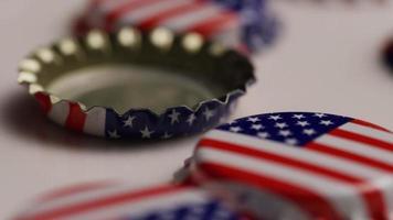 foto rotativa de tampas de garrafa com a bandeira americana impressa nelas - tampas de garrafa 020