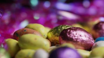 foto rotativa de doces de páscoa coloridos em uma cama de grama de páscoa - páscoa 189
