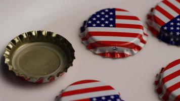 foto rotativa de tampas de garrafa com a bandeira americana impressa nelas - tampas de garrafa 012