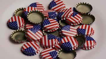 foto rotativa de tampas de garrafa com a bandeira americana impressa nelas - tampas de garrafa 030