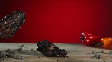 alitas de pollo ahumadas cayendo y rebotando en cámara ultra lenta (1,500 fps) - alitas de pollo fantasma 003