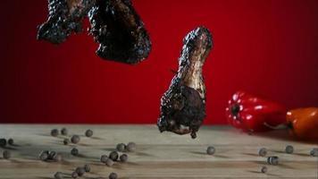 asas de frango defumadas caindo e saltando em câmera ultra lenta (1.500 fps) - fantasma de asas de frango 004 video