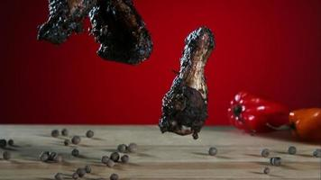 alitas de pollo ahumadas cayendo y rebotando en cámara ultra lenta (1,500 fps) - alitas de pollo fantasma 004