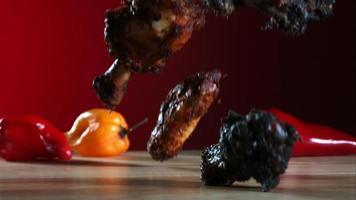 asas de frango defumadas caindo e saltando em câmera ultra lenta (1.500 fps) - fantasma de asas de frango 037 video