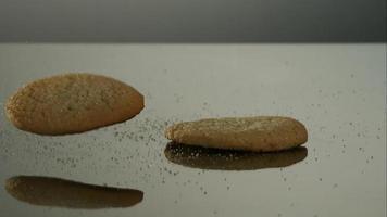 biscotti che cadono e rimbalzano in ultra slow motion (1.500 fps) su una superficie riflettente - cookies phantom 044