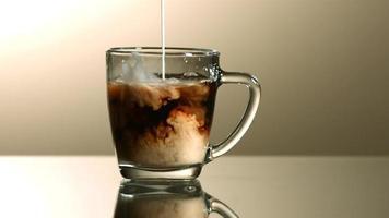 melk in ultra slow motion (1500 fps) in koffie gegoten - coffee w milk phantom 002