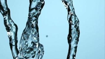 agua que se vierte y salpica en cámara ultra lenta (1,500 fps) sobre una superficie reflectante: el agua se vierte 052