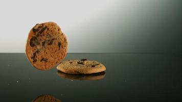 biscotti che cadono e rimbalzano in ultra slow motion (1.500 fps) su una superficie riflettente - cookies phantom 008