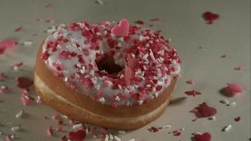 ciambelle che cadono e rimbalzano in ultra slow motion (1.500 fps) su una superficie riflettente - donuts phantom 029