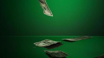American $ 100 factures tombant sur une surface réfléchissante - argent fantôme 014