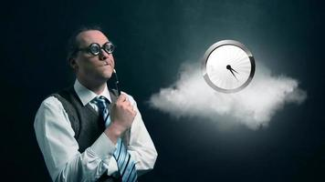 gracioso nerd o geek mirando a una nube voladora con un icono de reloj giratorio