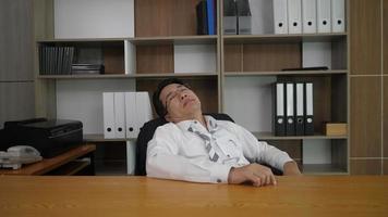 homem preguiçoso dorme com. ele tem com difícil. video