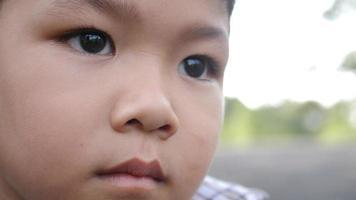 retrato de menino triste com emoções ruins e sentimentos ruins.