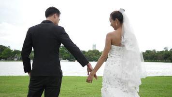 slow motion de mariage mariés heureux amusant dans le parc video