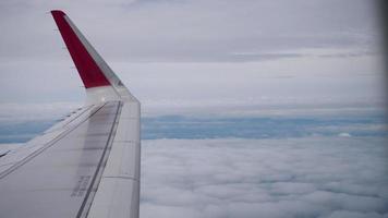 asa de um avião voando acima das nuvens da vista de plano da janela video
