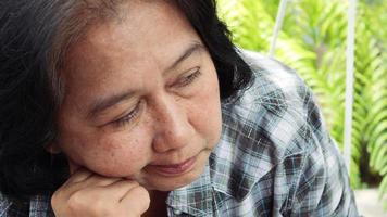 Retrato de una mujer mayor preocupada y muy estresada video