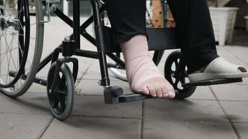 paciente com perna quebrada em cadeira de rodas no hospital