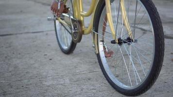 Nahaufnahme von Frauenbeinen, die ein Fahrrad im Park fahren