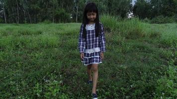 garotinha caminhando pelo parque