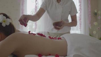 joven y bella mujer en el salón de masajes spa.