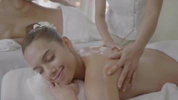 jeunes femmes recevant un massage du dos au centre de spa video