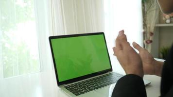 close-up das mãos de uma mulher em um laptop com espaço reservado para tela verde video