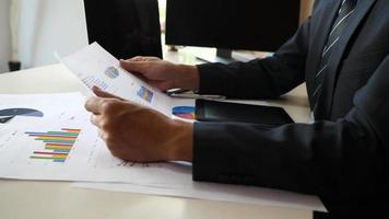 manos de hombre de negocios haciendo análisis de planificación de proyectos empresariales en la oficina.