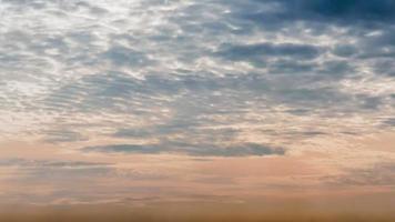 nascer do sol e céu nublado azul e amarelo video