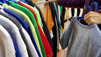 elegante mulher sênior se divertindo fazendo compras em uma loja de roupas na cidade video