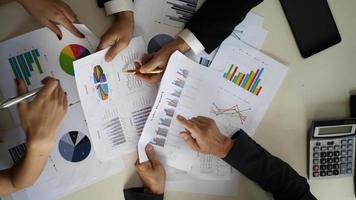 vue de dessus d'une réunion d'affaires avec des graphiques commerciaux.