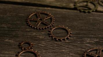 girato stock footage rotante di quadranti di orologi antichi e stagionati - quadranti 031