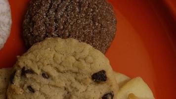 Plano cinematográfico giratorio de galletas en un plato - cookies 307