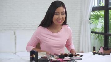 blogger de belleza presentando cosméticos de belleza para la cámara