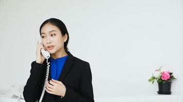 garota em pé falando ao telefone com amigos no com. video