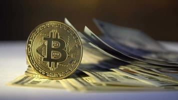 bitcoin dorado con billetes de un dólar video