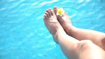 pies de mujer en la piscina