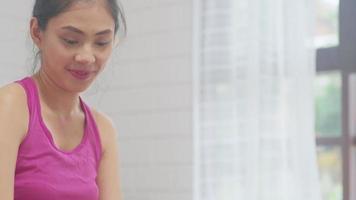 Joven blogger asiática haciendo ejercicio para la cámara