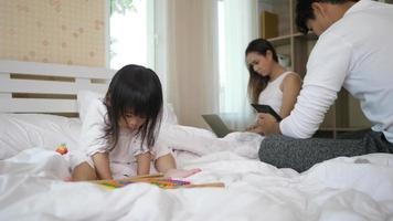 os pais não se importam com a filha brincando com um smartphone