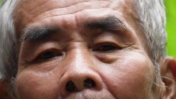 close up retrato de um homem idoso no parque