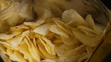 um pacote de batatas fritas video