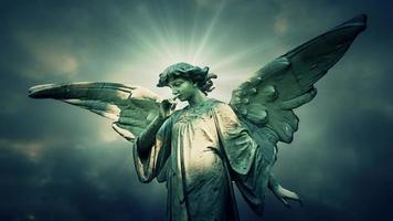 la estatua de un ángel en el lapso de tiempo nubes azules